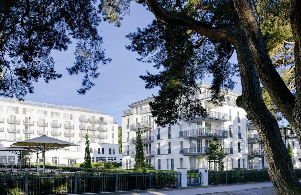 Blick von der Strandpromenade auf das Steigenberger Grandhotel and Spa